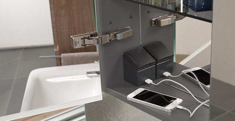 Innensteckdose mit USB-Anschluss: Elektrische Zahnbürste und Smartphone können gleichzeitig aufgeladen werden.