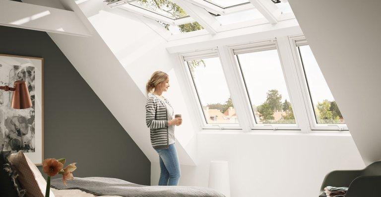 Durch den Einbau spezieller Dachfenster-Kombinationen lässt sich das Obergeschoss deutlich aufwerten. So überzeugen Räume unterm Dach durch zusätzlichen Platz mit voller Stehhöhe, viel Tageslicht und einem Panorama-Ausblick.
