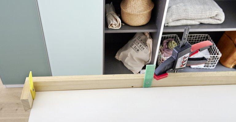 Schritt 1 und 2: Winkel aus Holzlatten zum Ausrichten der Gläser an einem Montageblock befestigen und Ausrichten Tür