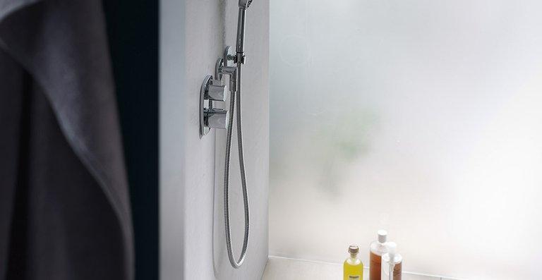 Die neue Schlitzrinne ACO ShowerDrain S eignet sich gleichermaßen gut als Wand- oder Raumlösung: Durch ihr auf das Wesentliche reduziertes Design kann sie sich ganz der innenarchitektonischen Badgestaltung unterordnen oder eigene gestalterische Akzente setzen. Eine Duschrinne wie geschaffen für die bodenebene Entwässerung exklusiver, komfortabler Duschbereiche.