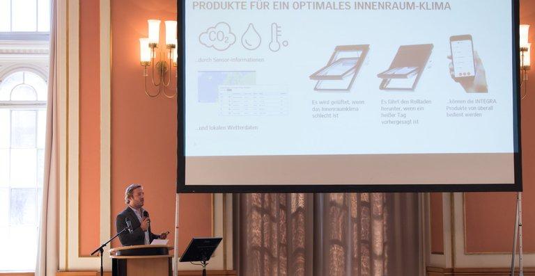 """Sebastian Kording stellte bei den Smart Home Deutschland Awards 2018 Velux Active vor. Die Anwendung wurde in der Kategorie """"Bestes Produkt"""" mit dem zweiten Platz ausgezeichnet."""