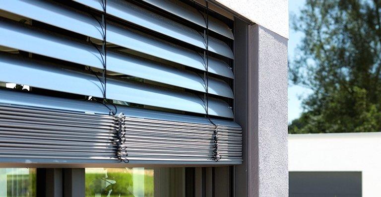 Die hochwertigen Aluminium-Kunststoff-Fenster AKF 724 S von Kneer-Südfenster sind mit Raffstoren ausgestattet.