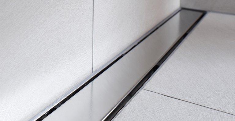 Trotz der fast vollständigen Bedeckung der Duschrinne mindert der Design-Rost Solid nicht die bewährte, starke Wasserableitung der ACO ShowerDrain E: Das Duschwasser läuft durch den umlaufenden Wassereinlaufrand zwischen der Abdeckung und dem Rinnenkörper schnell und zuverlässig ab.