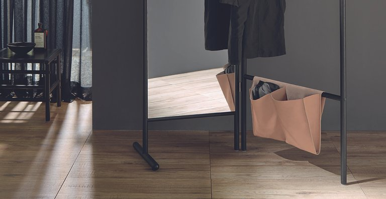 Badmöbelspezialist burgbad stellt mit Mya eine hochwertige Echtholz-Kollektion mit vielen Accessoires-Möbeln vor.
