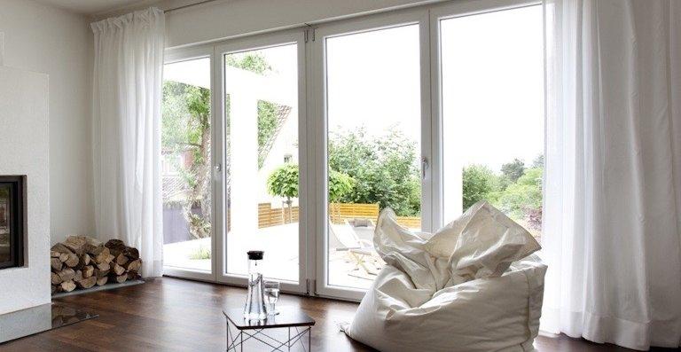 Ein Austausch von Fenstern und Terrassentüren gegen einbruchhemmende Bauelemente lohnt sich, denn die meisten Einbrecher lassen schnell von ihrem Vorhaben ab, wenn ein Haus gut gesichert ist.