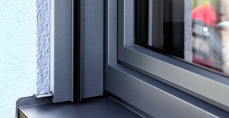 Die Aluminium-Außenschale mit anthrazitfarbener Pulverbeschichtung der Fenster sorgt für Langlebigkeit und ein edles Design.
