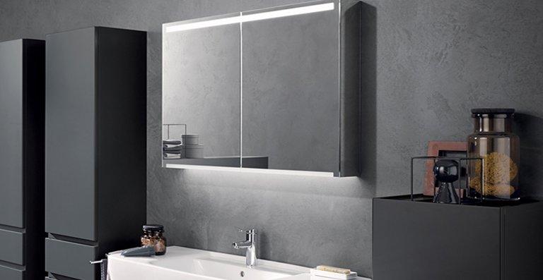 Optimal ausgeleuchtet: Die LED-Lichtleiste und indirekte Waschplatzbeleuchtung sorgen für ein stimmungsvolles Ambiente im Bad.