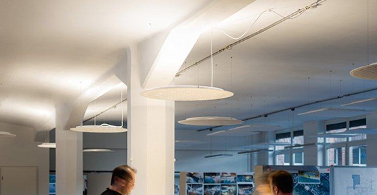 Exponate oder Arbeitsbereiche werden mit brillantem und konzentriertem Licht inszeniert, der Raum wird auf immaterielle Weise strukturiert.