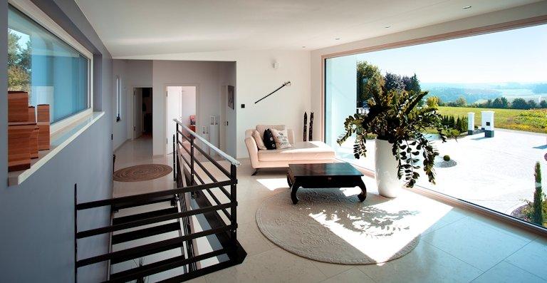 Panoramafenster mit Weitblick sind ein besonderes Highlight des Hauses – sie realisieren lichtoffene Wohnräume für die ganze Familie.