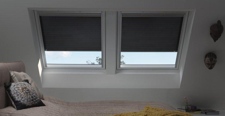 Rollläden von Velux bieten einen Rundumschutz: Sie dunkeln Räume nicht nur komplett ab, sondern halten im Sommer Hitze fern und dämpfen Außenlärm.
