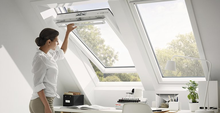 Häufig wird im Arbeitszimmer sehr viel Zeit verbracht. Umso wichtiger ist es, dass große Fenster für viel Tageslicht sorgen. Hierdurch lässt sich die Produktivität und Leistungfähigkeit steigern.