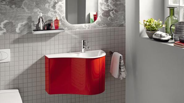 Genauso funktional wie originell ist die neue Gästebad-Lösung von Sinea 2.0 von burgbad: der kompakte Waschtisch in 670 mm Breite bietet dank seiner asymmetrischen, weich gerundeten Form auch auf kleinem Raum ein Maximum an Nutzungskomfort.