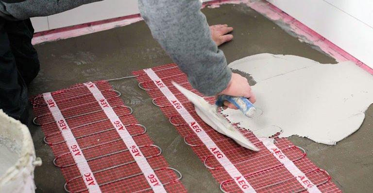 Minimaler Aufwand: Die fixierten, selbst-klebenden Heizmatten werden beim Verlegen der Fliesen direkt in den Fliesen-kleber eingebunden.