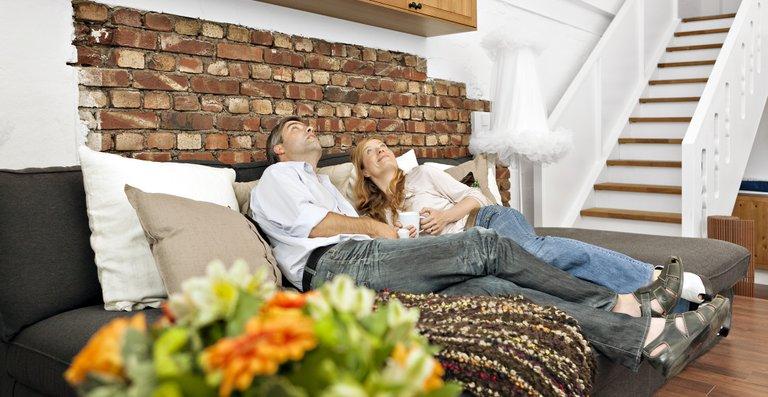 In der gemütlichen Sitzecke genießen Claudia und Martin ihre Zweisamkeit und freuen sich über ihr neues Wohnparadies.