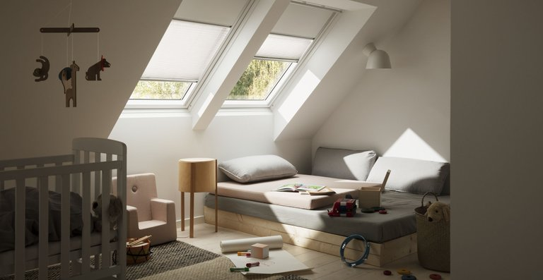 Immer die Lichtintensität, die sich der Bewohner wünscht: Die Kombination von Verdunkelungs-Rollo und Plissee ist besonders geeignet, wenn ein Raum für eine verschiedene Tätigkeiten wie Spielen, Lernen und Schlafen verwendet wird.