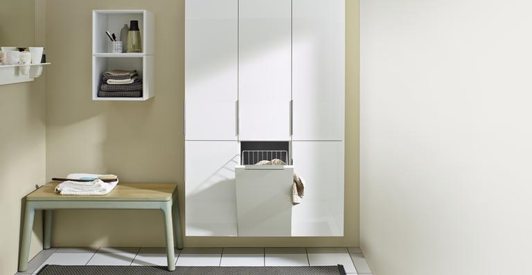 Die Ergänzungsschränke von Eqio haben hinter den Türen verschiedenste Funktionen versteckt, zum Beispiel eine Wäschekippe oder eine Innenschublade. Ein kleines, aber feines Detail sind die sanft gewölbten Kanten.