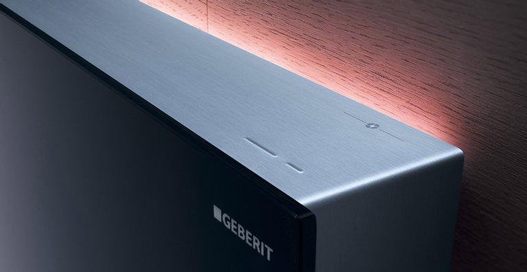 Highlight im Bad: Die LED-Leiste taucht Geberit Monolith Plus auf Wunsch Tag und Nacht in ein dezentes Licht.