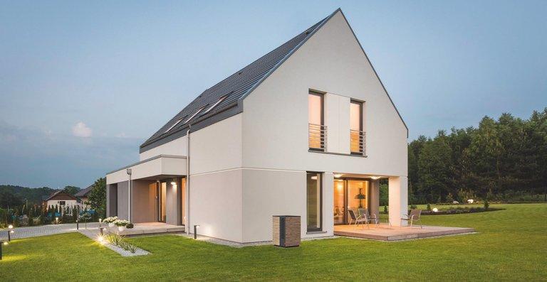 Kompakt und elegant in Holz verkleidet fügt sich das Wärmepumpen-Außengerät von System M harmonisch in das Umfeld des Hauses ein.