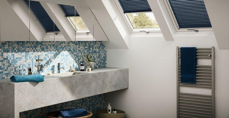 Jalousien sind feuchtigkeitsresistent und besonders leicht zu reinigen und damit der optimale Sichtschutz für das Badezimmer. Mit den Aluminium-Lamellen lässt sich die Durchlässigkeit des Lichtes variabel regulieren.