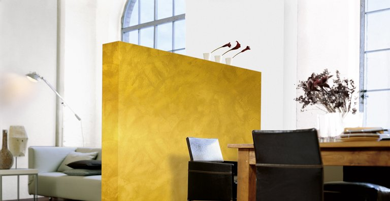 Goldgelb wie die Blätter des Ahorns im Herbst erstrahlt die Trennwand in der Alpina Farbe GOLD-EFFEKT.