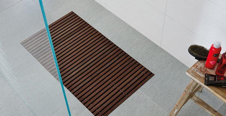 Die zwei neuen Roste für die Duschplatz-Entwässerung ACO Walk-in sind Barfußbereich geeignet und passend zu den fünf Wannengrößen 500 x 700/800/900/1.000/1.200 mm verfügbar. Hier zu sehen die Farb-Variante Timber.