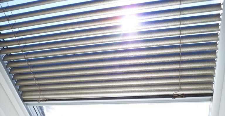 Jalousien eignen sich dank der feuchtigkeitsunempfindlichen Aluminium-Lamellen besonders für Küchen oder Bäder.