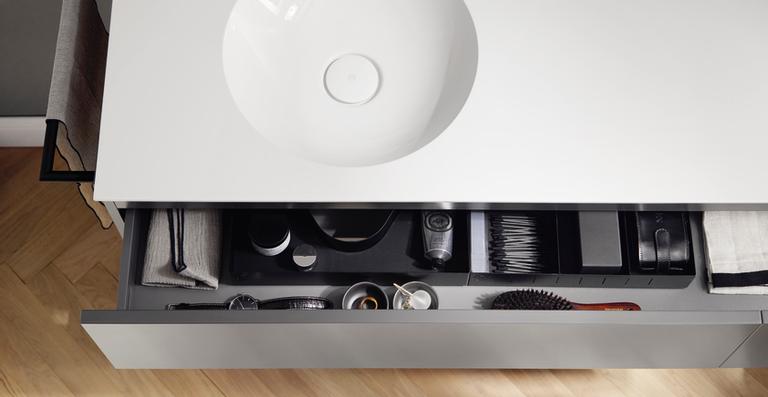 Der Waschtisch mit klar akzentuierter Beckenmulde begeistert optisch und mit viel Abstellfläche.