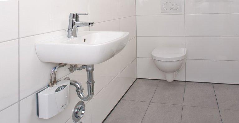 Der E-Kleindurchlauferhitzer MCX Blue liefert jederzeit warmes Wasser am Waschbecken im Gäste-WC.