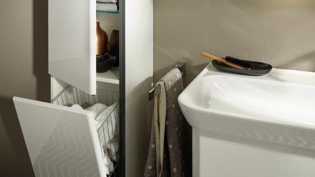 Der imposante Hochschrank bietet enorm Stauraum und Wäschekippe. Er ist stets aufnahmebereit zur Stelle.