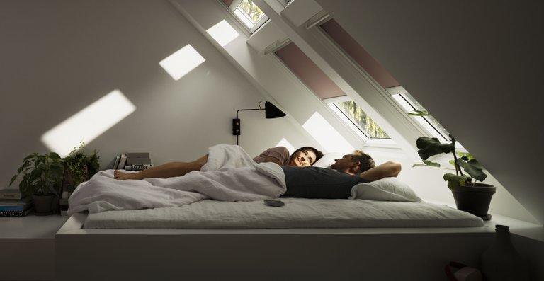 Verdunkelungs-Rollos können das Licht komplett aussperren und schaffen so optimale Bedingungen für einen erholsamen Schlaf.