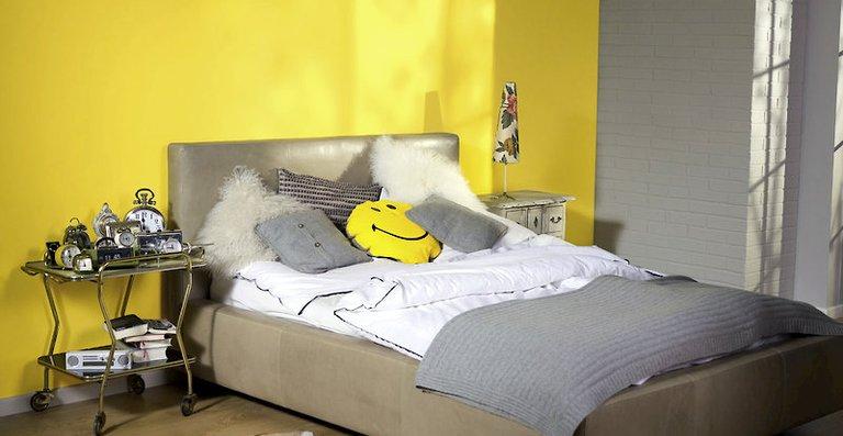 """Lass die Sonne rein! Mit der Farbe """"Sommerzeit"""" der Alpina-Farbrezepte im Schlafzimmer wird jeder Morgen freudig begrüßt."""