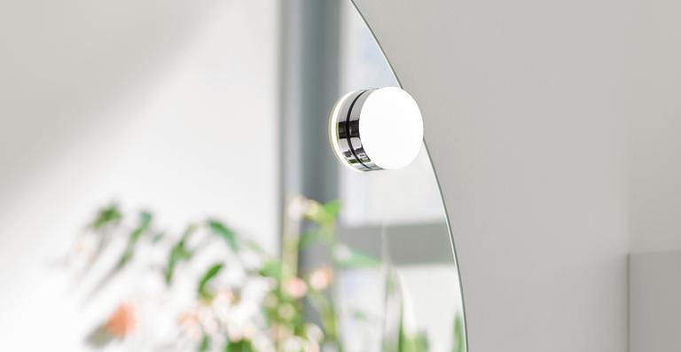 Spot on! Mal oben, unten, mal links, rechts – oder gar mittig: Mit der genialen beweglichen Magnetleuchte bestimmen Sie die Lichtakzente auf dem großen Rundspiegel.
