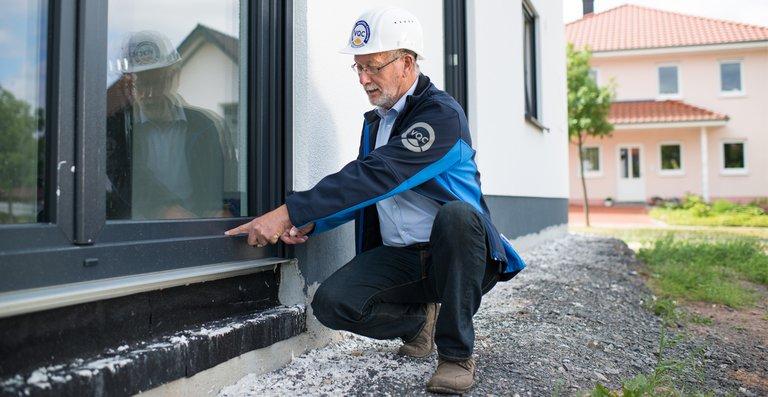 Gerade die Schnittstellen der Gewerke – z.B. der Fensteranschluss ans Mauerwerk – sind typische Quellen für Verarbeitungsfehler.