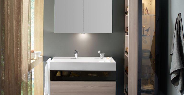 Die Waschtischunterschränke mit jeweils einer oberen Schublade mit Siphonausschnitt und einem unteren Auszug (beziehungsweise entsprechend zwei Schubladen und zwei Auszüge beim Doppelwaschtisch) bieten reichlich gut sortierten Stauraum.