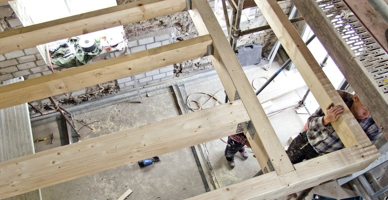 Die Decke des Badezimmers bildet gleichzeitig den Boden der oberhalb liegenden Zwischenempore.