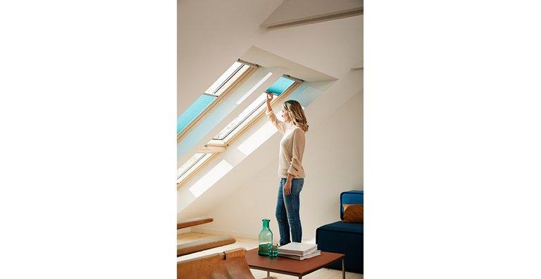 Falls einmal doch zu viele blendende Sonnenstrahlen in dem Raum gelangen, sind Plissees eine gute Möglichkeit, um den Lichteinfall individuell zu regulieren.