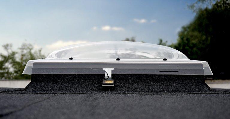 Die Flachdach-Fenster in der Ausführung Konvex-Glas und Kuppel lassen sich mit einer Solar-Hitzeschutz-Markise ausstatten.