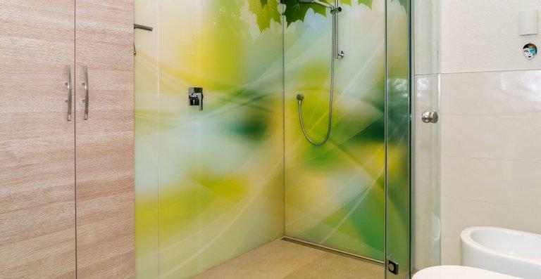 Duschrückwand aus 2 Teilen, ESG Weißglas 8 mm hinterdruckt