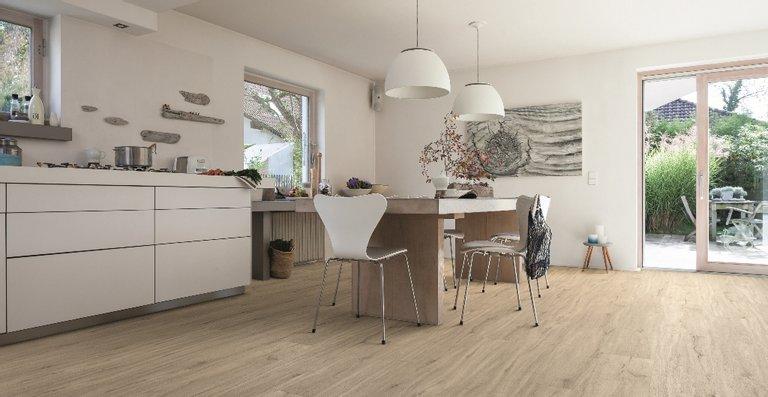 Mit dem feuchtraumgeeigneten DISANO Classic Aqua bietet HARO eine moderne und absolut im Trend liegende Variante für den Bodenbelag in der Küche, vor allem bei vollflächiger Verklebung
