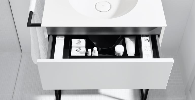 Dank der mit 6,5 mm extrem dünnen, voll in den Waschtischunterschrank integrierten Mineralguss-Waschtischplatte und des klaren, bündigen Designs wirkt die Kombination wie eine selbstständige, homogene Einheit.