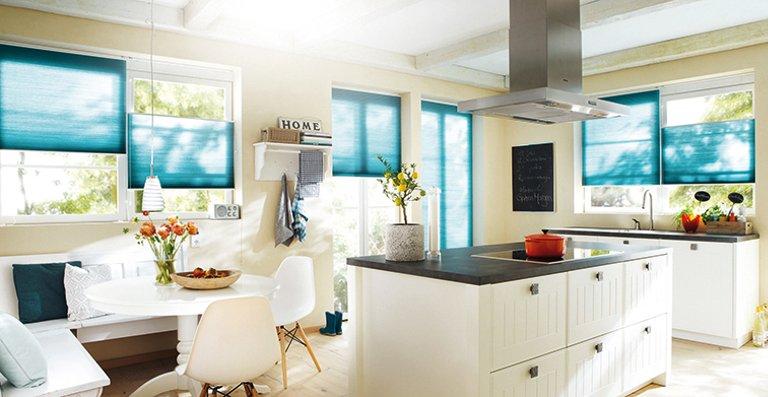 Farbtupfer in der Küche mit farbenfrohen Wabenplissees