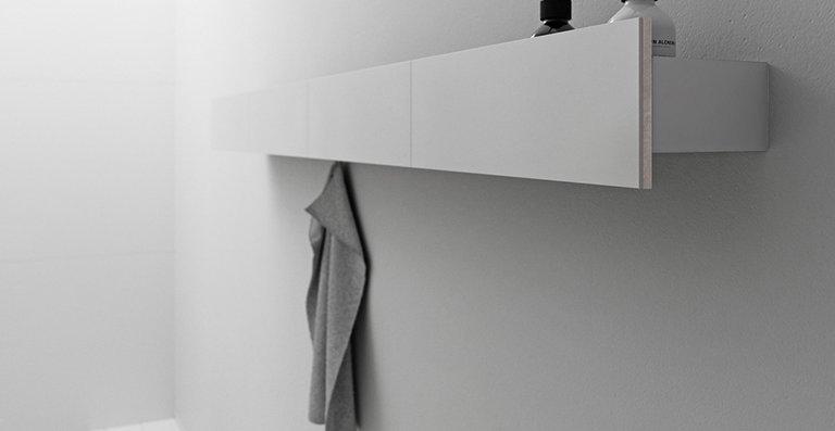 Das Wandboard kann wie alle Möbel der Badserie einzeln oder direkt neben dem Spiegelschrank positioniert werden.