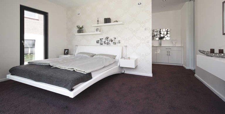 Geräumiges Schlafzimmer mit Ankleide Copyright: WeberHaus
