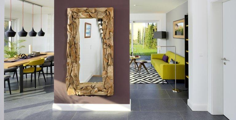 Das Wandelement zwischen Diele und Wohnbereich ist ein wahrer Hingucker. Copyright: Heinz von Heiden GmbH Massivhäuser