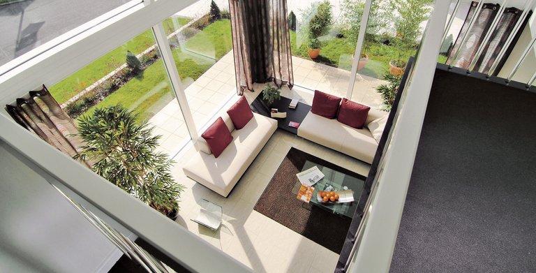 Blick von der Empore in den Wohnbereich Copyright: WeberHaus