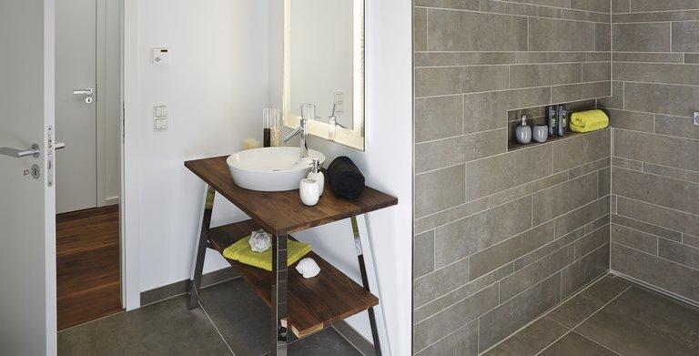 Gäste-WC mit Fliesendusche Copyright: WeberHaus