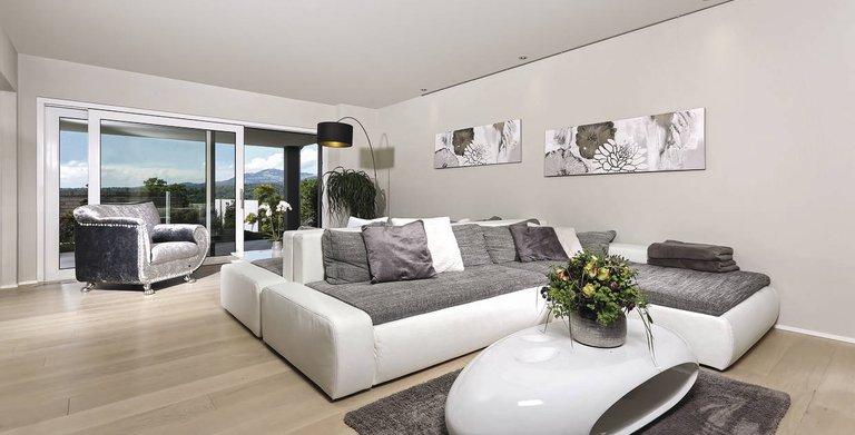 Mit bodenebenem Zugang zu Terrasse und Garten zeigt sich das offene, lichtdurchflutete Wohnzimmer. Copyright: WeberHaus