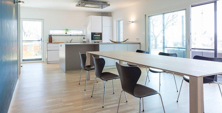 Das Esszimmer ist mit der offenen Küche verbunden und verfügt über einen Zugang zum Garten Copyright: Wolf-Haus