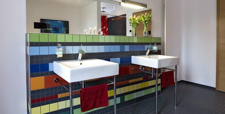 Die Kinder verfügen über ein eigenes Badezimmer, das viel Platz für Badewanne, Dusche und Doppelwaschtisch bietet.    Copyright: Heinz von Heiden GmbH Massivhäuser