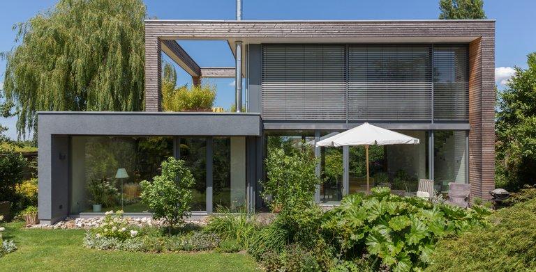 Der Garten und die Natur sind eins mit dem puristischen Haus Peters